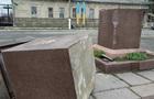 Під Харковом пошкодили постамент з гербом України