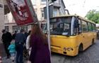 У Львові маршрутка з пасажирами знесла стовп на тротуарі