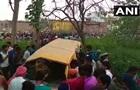 В Индии школьный автобус столкнулся с поездом, погибли 13 детей