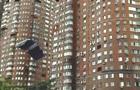 У Києві екстремал стрибнув з багатоповерхівки з парашутом