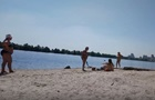 На пляже старушка с палкой набросилась на девушек