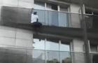 У Парижі мігрант врятував дитину від падіння