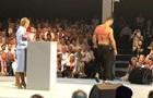 Чоловік роздягнувся перед Тимошенко і вручив їй квіти