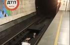 В Сети показали, как подростки прыгают под колеса поезда в метро...