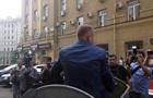 В Харькове зама мэра бросили в мусорный бак