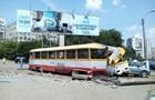 В Одесі трамвай заднім ходом зніс стовп і протаранив авто