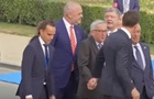 Юнкер не держался на ногах на саммите НАТО