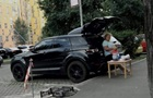 В Киеве заметили торгующую сливами с Range Rover пенсионерку