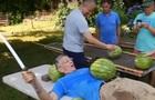 Американець встановив рекорд із нарізання кавунів на животі