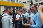 Лидер С14 ударил журналиста возле суда в Киеве