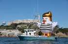 В США отправили в плавание фигуру Трампа-цыпленка