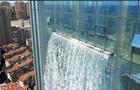 У Китаї на хмарочосі створили 100-метровий водоспад