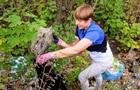 Президент Естонії прибрала сміття в парку Дніпра
