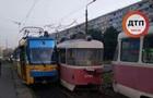 В Киеве трамвай сошел с рельсов и врезался во встречный