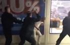 В Киеве охрана супермаркета избила покупателя за замечание