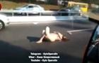 Оголена жінка прилягла посеред дороги в Києві