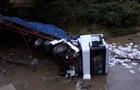 На Закарпатті вантажівка злетіла з моста, є жертви