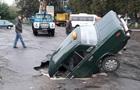 Під Києвом авто провалилося під асфальт