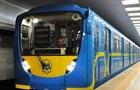 У метро Києва чоловік впав на колії