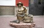 В Харькове установили памятник торговке семечками