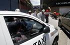 Таксист  облапав  і викинув пасажирку з авто, заробивши $1000