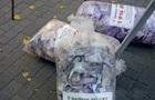 В центре Херсона разбросали мешки с  деньгами