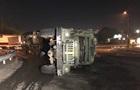 У Києві перекинулася військова вантажівка