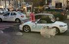 У Києві блондинка порубала сокирою елітний Porsche