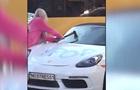 Блондинка порубала Porsche в Києві для кліпу
