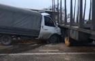 Під Києвом автомобіль влетів у лісовоз: утворився затор