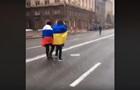 Центром Києва пройшли чоловіки з прапорами України і Росії