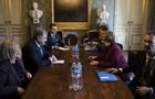 Порошенко обсудил с Меркель конфликт в Азове