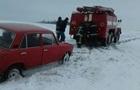 Під Одесою десять авто застрягли у сніговому полоні