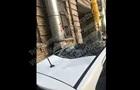 В Киеве упавшая с крыши глыба льда разбила авто