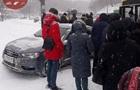 В Киеве автомобиль въехал в заполненную людьми остановку