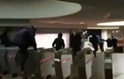 У харківському метро підлітки влаштували масове перестрибування турнікетів