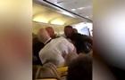 Пассажиры самолета подрались из-за женских ног