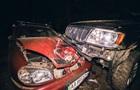 В Киеве пьяный водитель вылетел на обочину и смял два авто