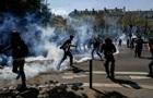В Париже  желтых жилетов  разогнали с помощью водометов