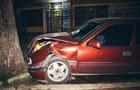 В Днепре Opel влетел в дерево, водитель сбежал