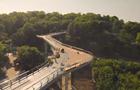 Пішохідний міст у Києві показали з дрона
