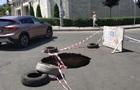В Одесі посеред дороги з явився провал глибиною півтора метра