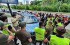 Скандальне будівництво в Києві: активісти перекрили будмайданчик машинами