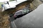 Автомобіль на ходу провалився у промоїну на трасі
