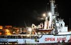 Мігранти з судна Open Arms вийшли на берег на острові Лампедуза