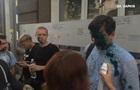 У Харкові напали на ЛГБТ лекцію: екс-нардепа облили зеленкою