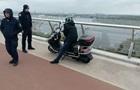 На  мосту Кличко  задержали пьяного водителя мопеда