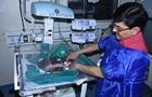 На індійському цвинтарі розкопали живе немовля