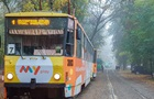 В Днепре трамвай сошел с рельсов и  срезал  дерево