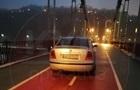 У Києві на пішохідному мосту помітили автомобіль